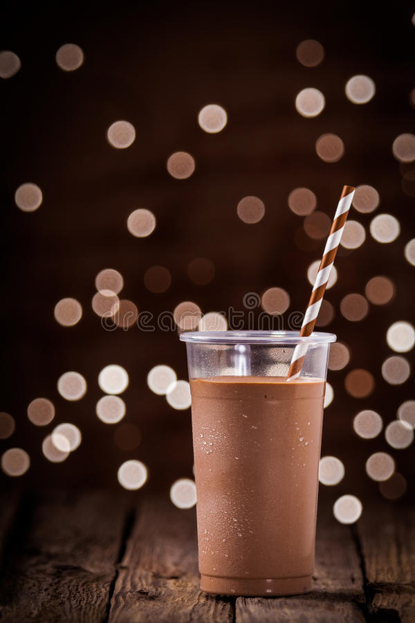 Schokoladensmoothie oder -milchshake mit Parteilichtern stockfotografie