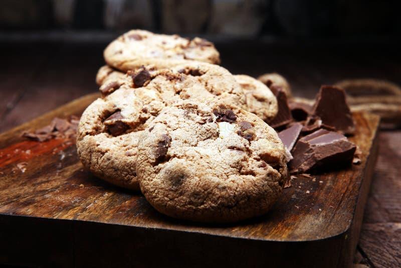 Schokoladensplitterplätzchen auf der Tabelle frisch gebacken lizenzfreies stockfoto