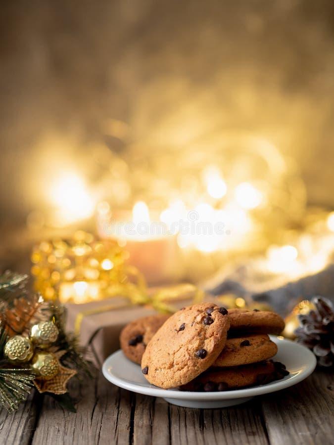 Schokoladensplitterplätzchen auf dunklem Weihnachtshintergrund Gemütliches evenin stockbild