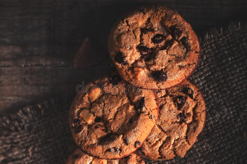Schokoladensplitterplätzchen auf Leinwand und rustikalem Holztisch Freshl lizenzfreie stockfotografie