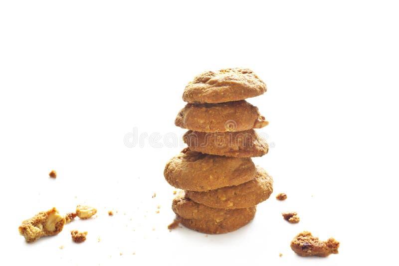 Schokoladensplitterplätzchen und Balancieren auf weißem Hintergrund stockfotografie