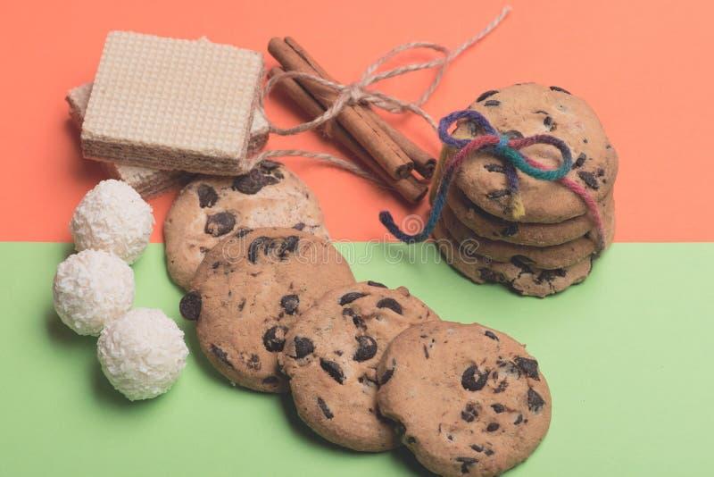 Schokoladensplitterplätzchen und -bonbons lizenzfreie stockfotografie