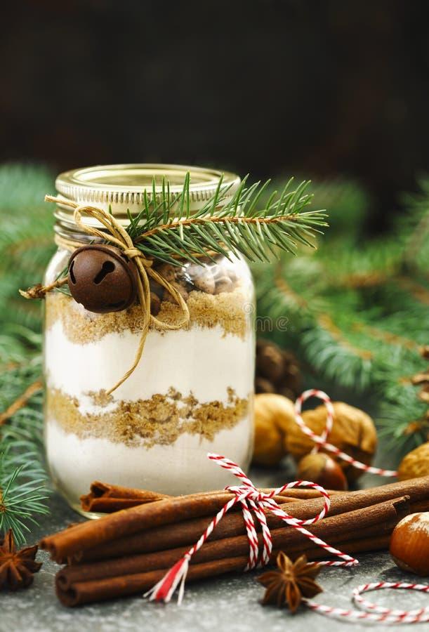 Schokoladensplitterplätzchenmischung für Weihnachtsgeschenk im Glas stockfotografie