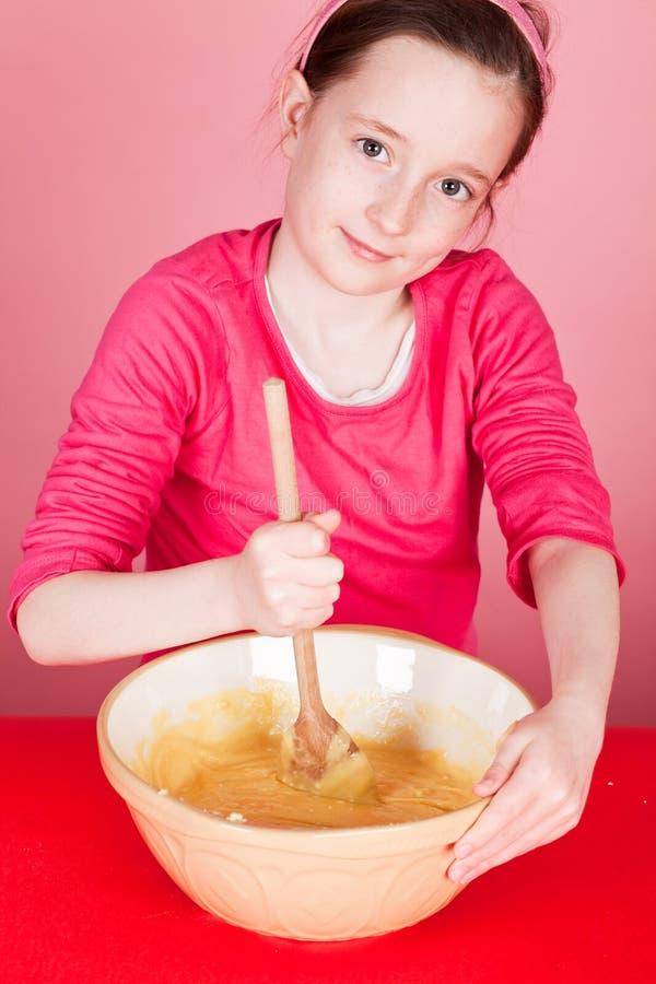 Schokoladenstrudel-Muffinherstellung lizenzfreies stockfoto