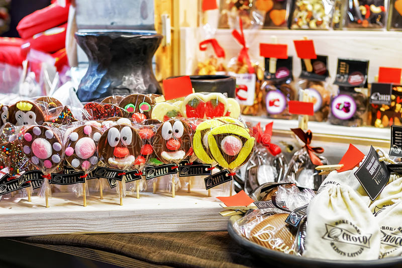 Schokoladentierlutscher angezeigt am Riga-Weihnachtsmarkt stockbild