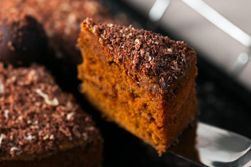 Schokoladentrüffel-Karottenkuchenscheibennahaufnahme lizenzfreie stockfotografie