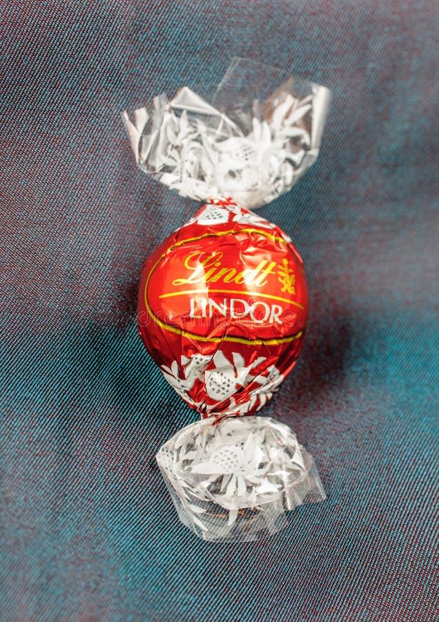 Schokoladentrüffel Lindt Lindor auf einem Chamäleon silk Luxusbackgr lizenzfreie stockbilder