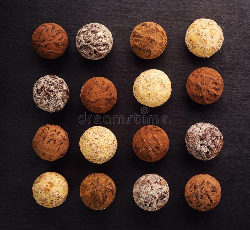 Schokoladentrüffel, Trüffelpralinen mit Kakaopulver Selbst gemachte frische Energiebälle mit Schokolade Feinschmecker sortierte T stockbilder