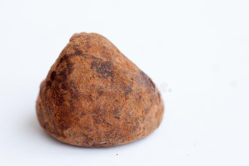 Schokoladentrüffeln auf dem Weiß stockfoto