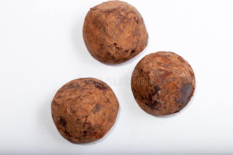 Schokoladentrüffeln auf dem Weiß stockfotografie