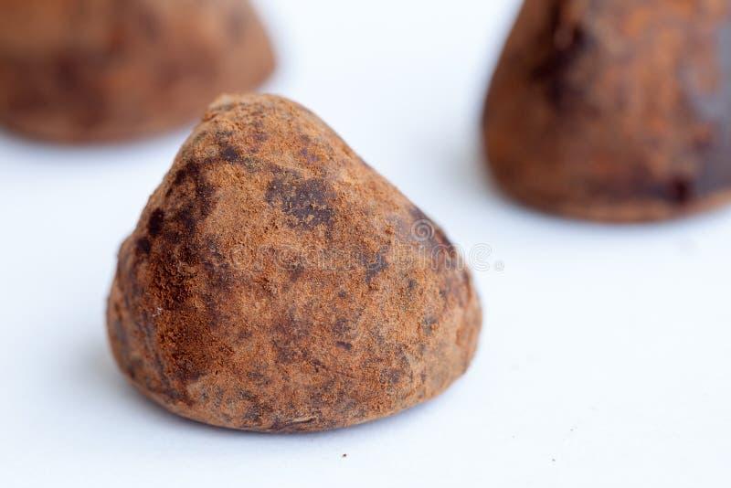 Schokoladentrüffeln auf dem Weiß stockfotos