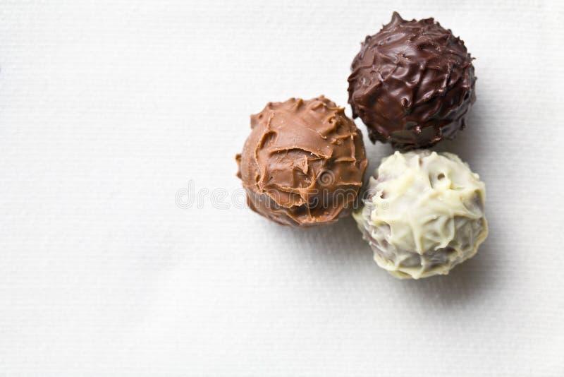Schokoladentrüffeln auf weißer Tischdecke stockfotos