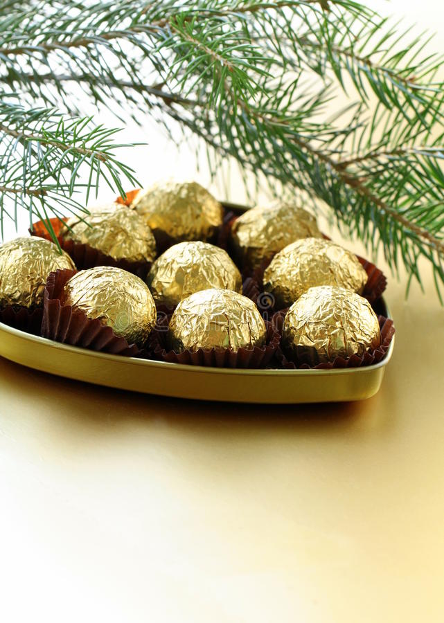 Schokoladentrüffeln in einem Geschenkkasten lizenzfreies stockbild