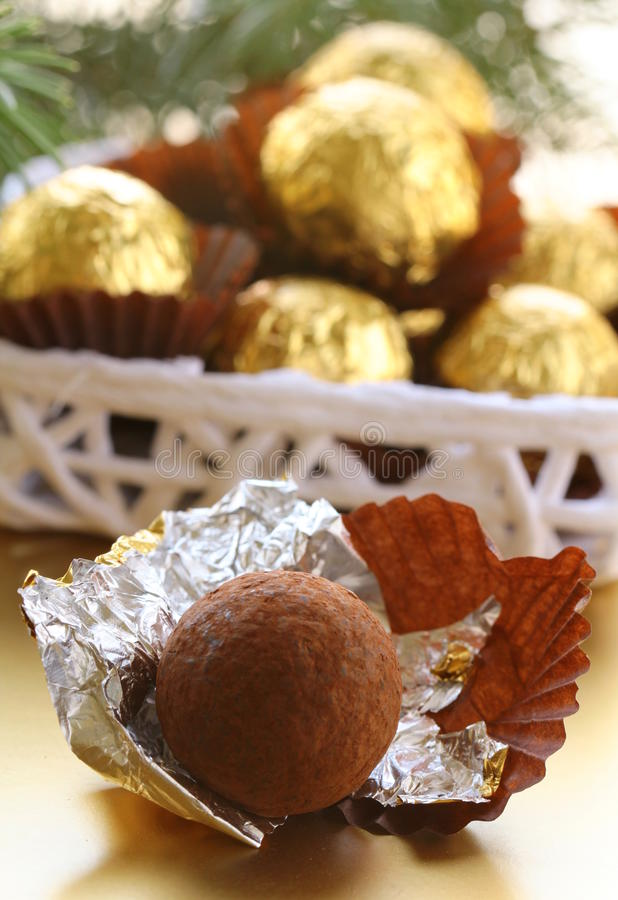 Schokoladentrüffeln in einem Geschenkkasten stockbilder
