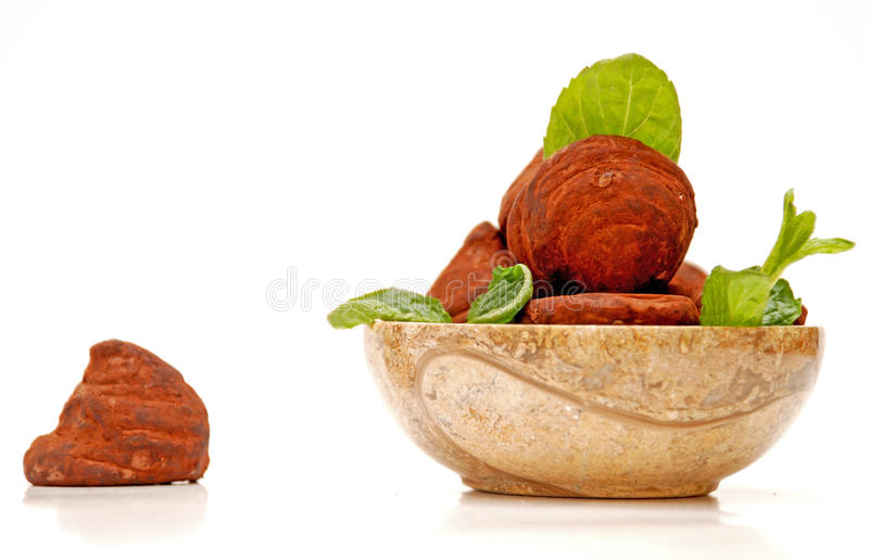 Schokoladentrüffeln in einer runden Schüssel stockbild