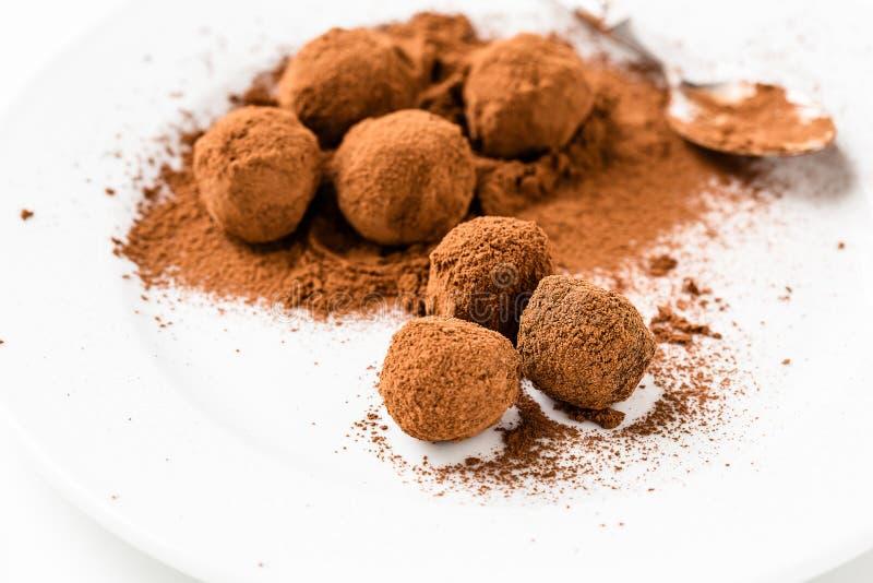 Schokoladentrüffeln. Handgemachte Schokoladentrüffelsüßigkeiten lizenzfreies stockfoto