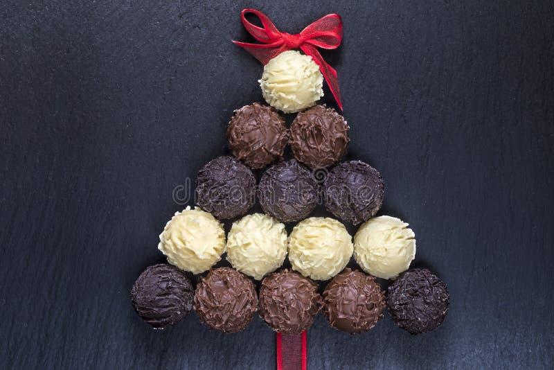 Schokoladentrüffeln Weihnachtsbaum auf Schwarzem lizenzfreie stockfotografie