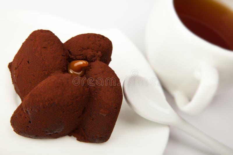 Schokoladenverrücktes und Tasse Tee lizenzfreie stockfotos