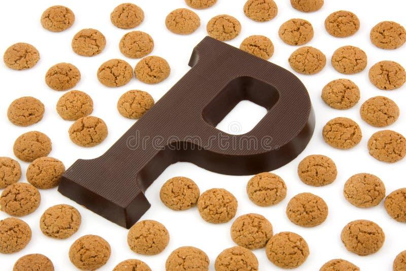Schokoladenzeichen P und Ingwermuttern für Sinterklaas stockfotos