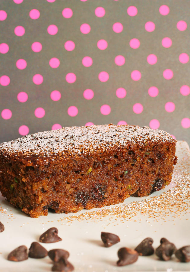 Schokoladenzucchinibrot-Polkapunkte lizenzfreie stockfotos