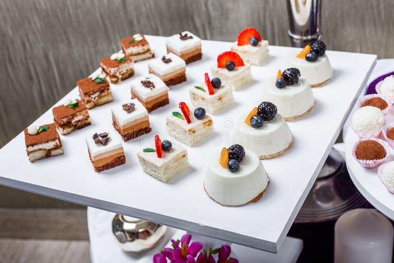Schokoriegel Hochzeitsempfangtabelle mit Bonbons, Süßigkeiten, Nachtisch lizenzfreie stockfotos