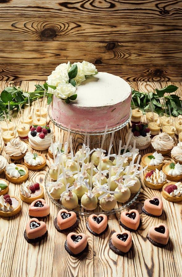 Schokoriegel Köstliches süßes Buffet mit kleinen Kuchen Süßer Feiertag b stockbild