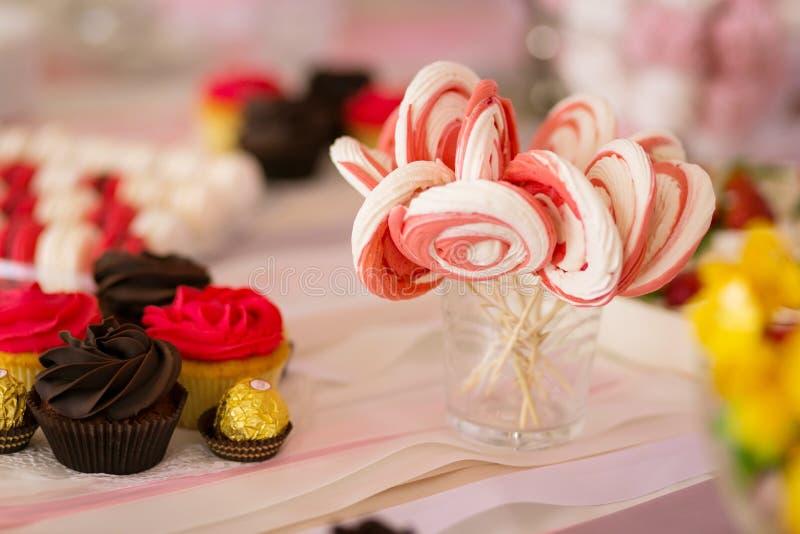 Schokoriegel Köstliches süßes Buffet mit kleinen Kuchen Süßer Feiertag b stockbilder