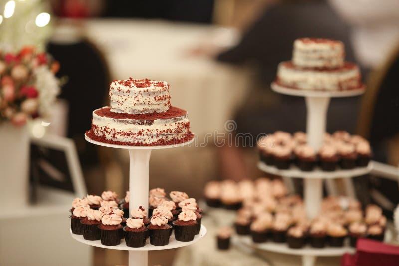 Schokoriegel Köstliches süßes Buffet mit kleinen Kuchen Süßes Feiertagsbuffet mit kleinen Kuchen und anderen Nachtischen Tabelle  lizenzfreie stockfotografie