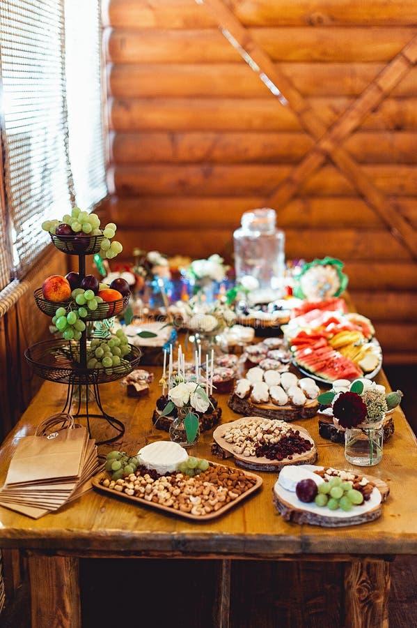 Schokoriegel Köstliches süßes Buffet mit unterschiedlichem Bonbon Tabelle mit Nachtischen und Früchten stockbilder
