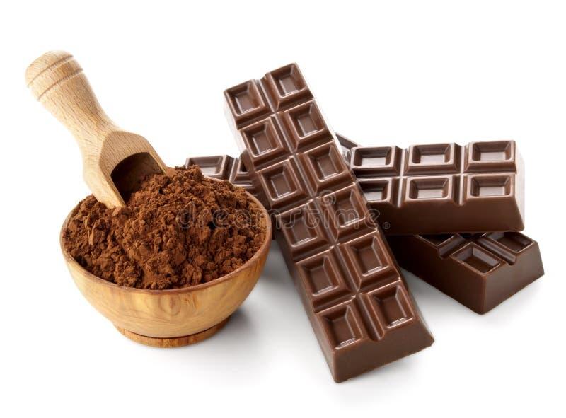 Schokoriegel mit dem Kakaopulver getrennt auf Weiß lizenzfreies stockfoto
