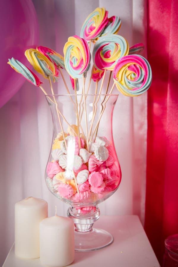Schokoriegel mit vielen unterschiedlichen Süßigkeiten und Bonbon backt zusammen lizenzfreie stockfotos