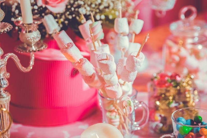 Schokoriegel Nachtischtabelle für eine Partei Eibischaufsteckspindeln lizenzfreie stockfotografie