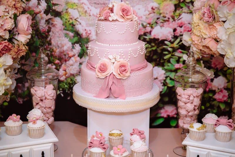 Schokoriegel und Hochzeitstorte Tabelle mit Bonbons, Buffet mit kleinen Kuchen, Süßigkeiten, Nachtisch lizenzfreie stockfotos