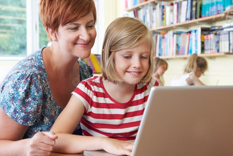 Scholier met Leraar Using Laptop Computer in Klaslokaal royalty-vrije stock foto's