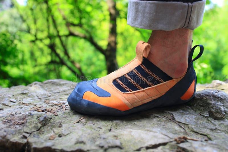 Schommel de voet van de klimmer in het beklimmen van schoen royalty-vrije stock foto