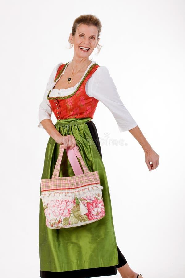Schommeling aan de oude Beierse vrouw in kostuum royalty-vrije stock afbeeldingen
