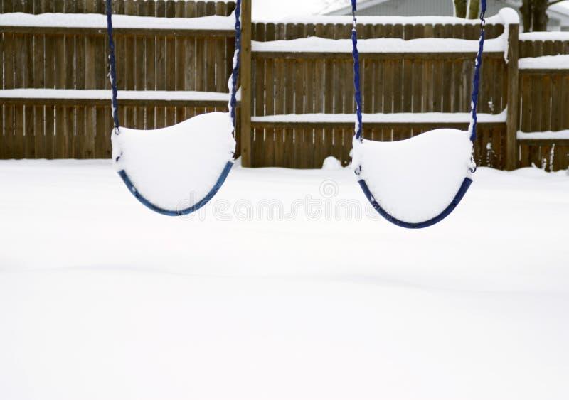 Schommeling die met Sneeuw wordt behandeld stock afbeeldingen