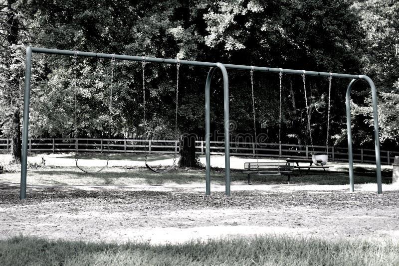 Schommeling in het park wordt geplaatst dat stock fotografie