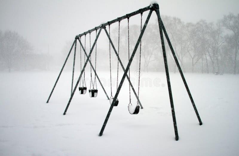 Schommeling met sneeuw wordt behandeld die royalty-vrije stock afbeeldingen