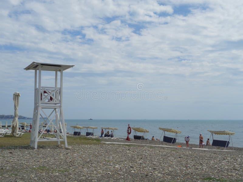 Schommeling op het strand, mensen die op de overzeese kust, Sotchi, Rusland rusten royalty-vrije stock afbeelding