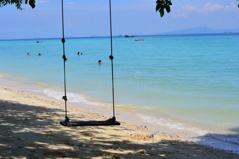Schommeling op strand stock afbeelding