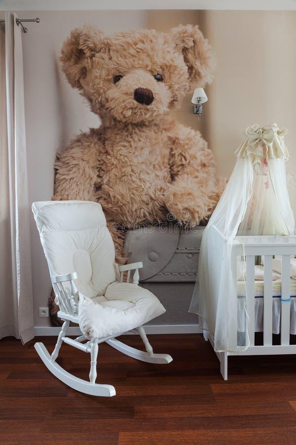 Schommelstoel in kinderdagverblijfruimte stock foto