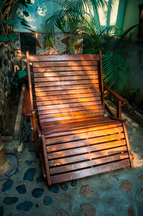 Schommelstoel in tuin stock afbeelding