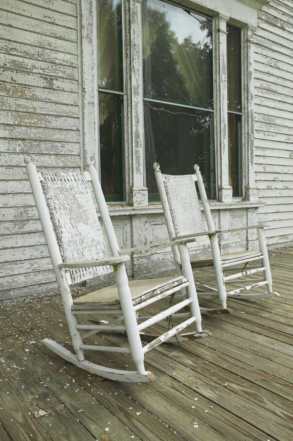 Schommelstoelen op portiek van zuidelijk huis in verval langs Weg 22 in Centraal Georgië royalty-vrije stock foto