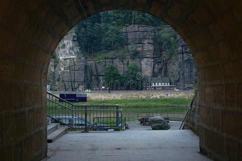 Schona,德国- 2018年6月16日:在tunel的人行道在与易北河的火车站Schona下和大岩石在捷克村庄Hrensk 免版税库存照片