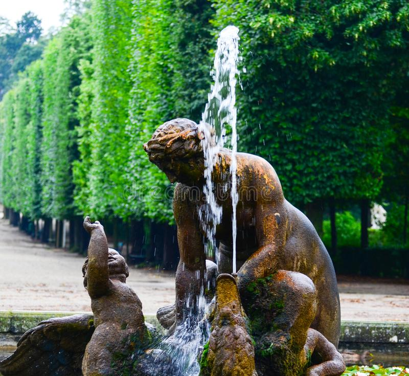 Schonbrunn宫殿公园在维也纳奥地利-喷泉细节 库存照片