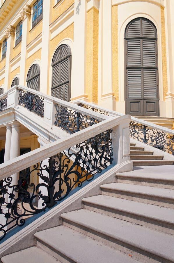 Schonbrunn宫殿前面楼梯在维也纳 免版税库存照片