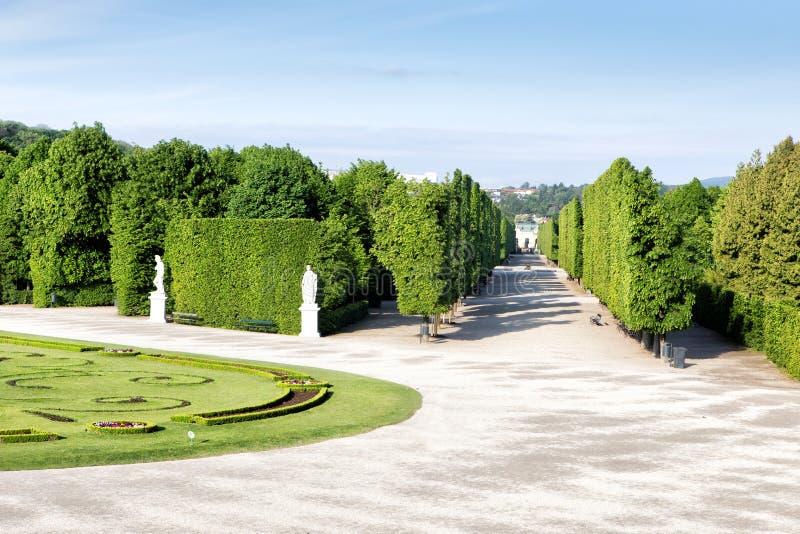 Schonbrunn-Gärten in Wien lizenzfreie stockfotos