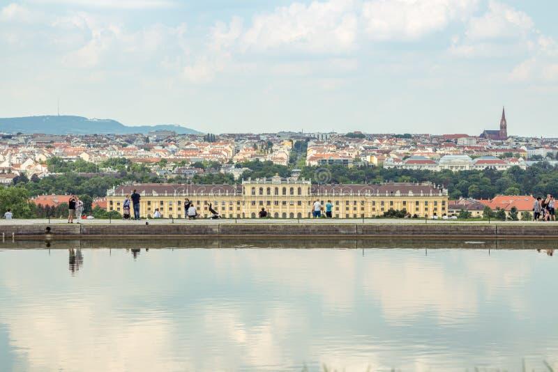 Schonbrunn pałac przeciw pejzażowi miejskiemu zdjęcia stock