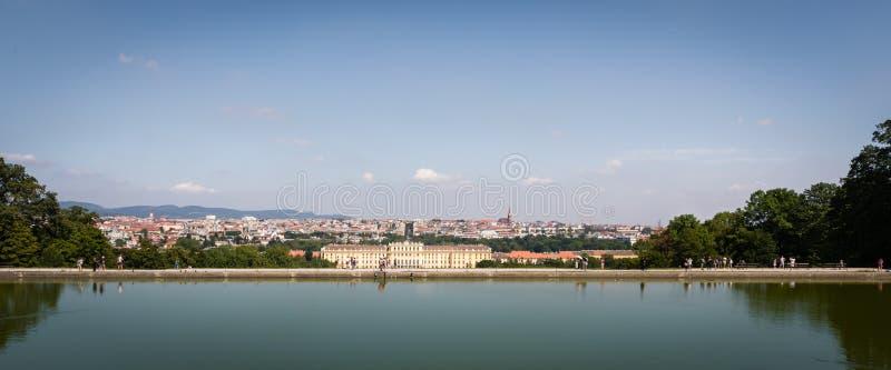 Schonbrunn-Palast und Stadt von Wien sahen vom Teich auf dem Hügel an lizenzfreie stockfotografie
